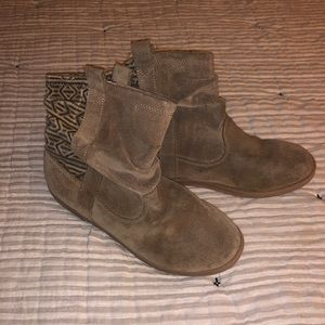 Big girls Toms boots size 4 camel colored
